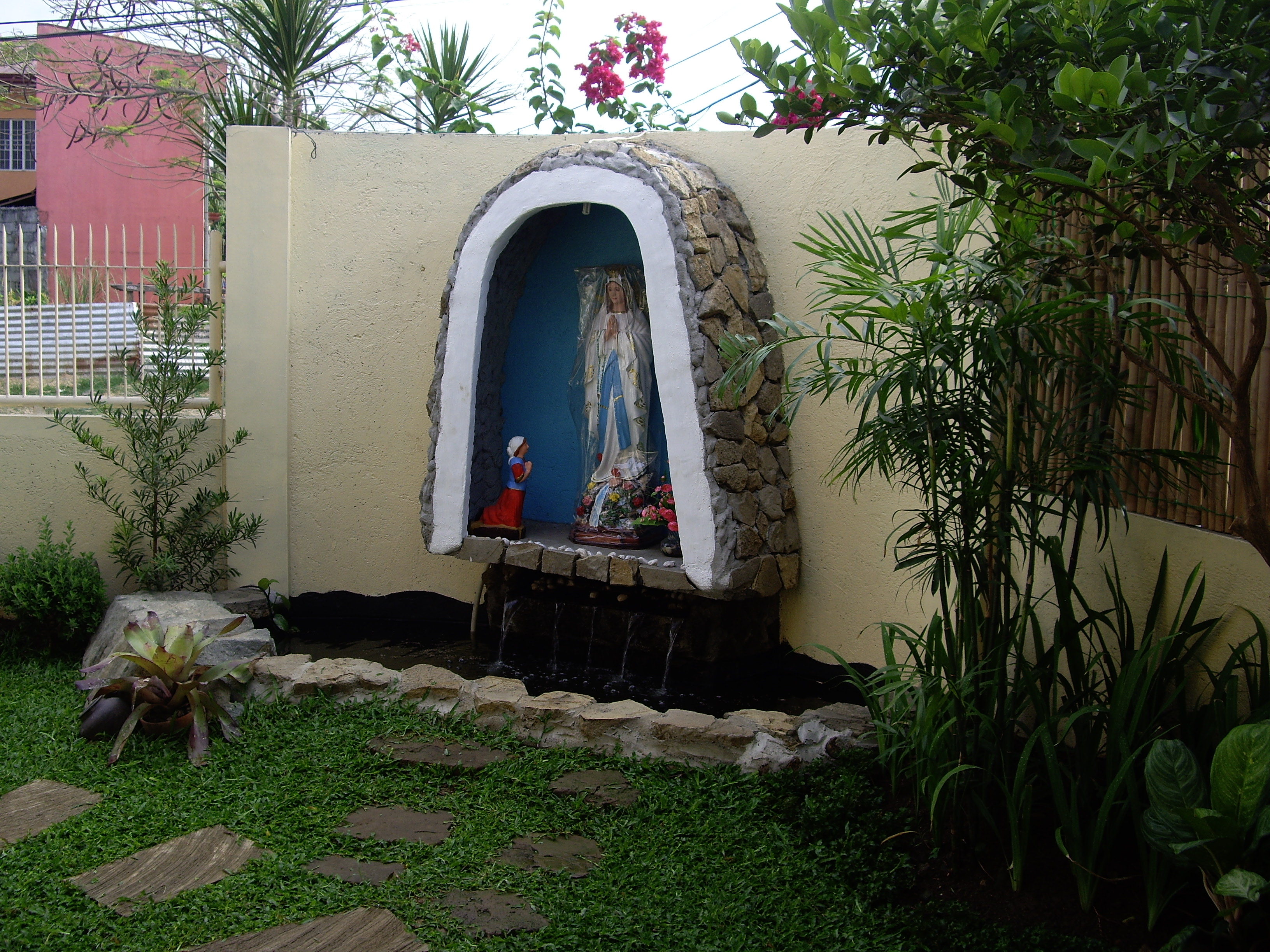 Awesome picture of grotto designs of mother mary for Garden grotto designs