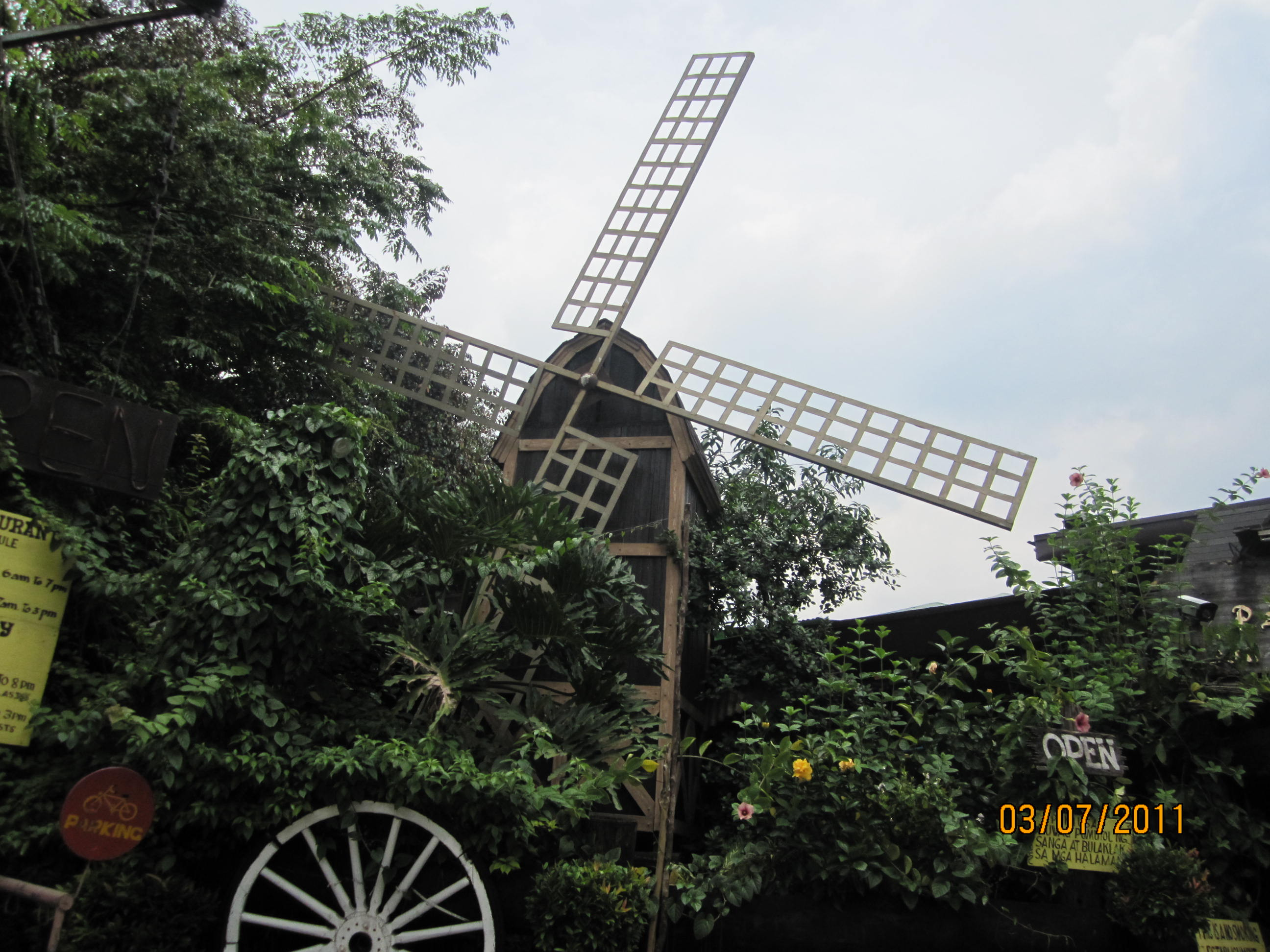 The facade of pan de amerikana with its signature windmill